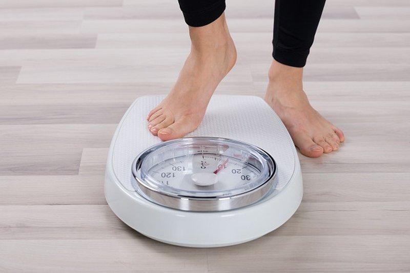 Sử dụng cân nặng để tính lượng nước cần uống mỗi ngày
