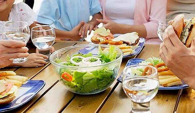 Sử dụng nước trong bữa ăn để giảm cảm giác đói và thèm ăn