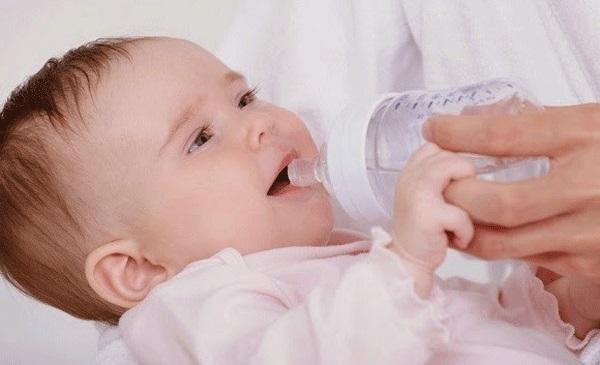 Trẻ sơ sinh có chức năng thận còn yếu nên sẽ không đào thải được lượng chất khoáng dư thừa