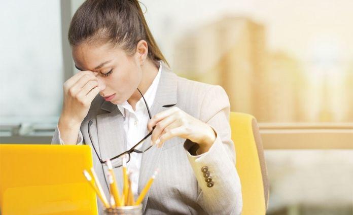 Bổ sung nước giúp giữ ẩm cho mắt khi phải liên tục nhìn vào màn hình máy tính