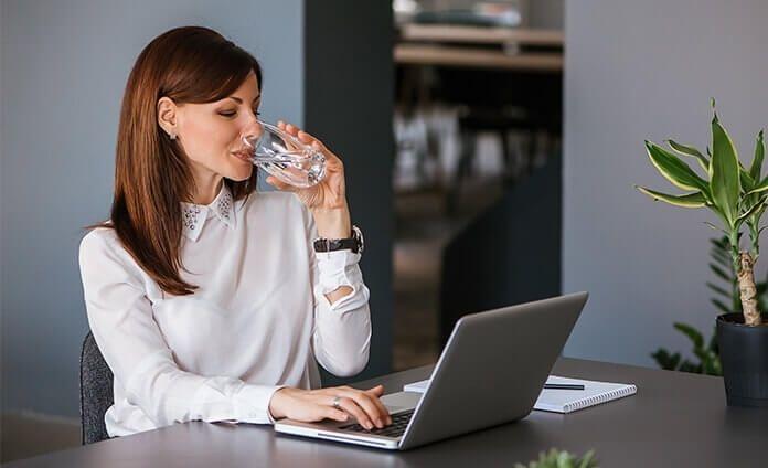 Thường xuyên uống nước giúp cơ thể tỉnh táo hơn trong khi làm việc