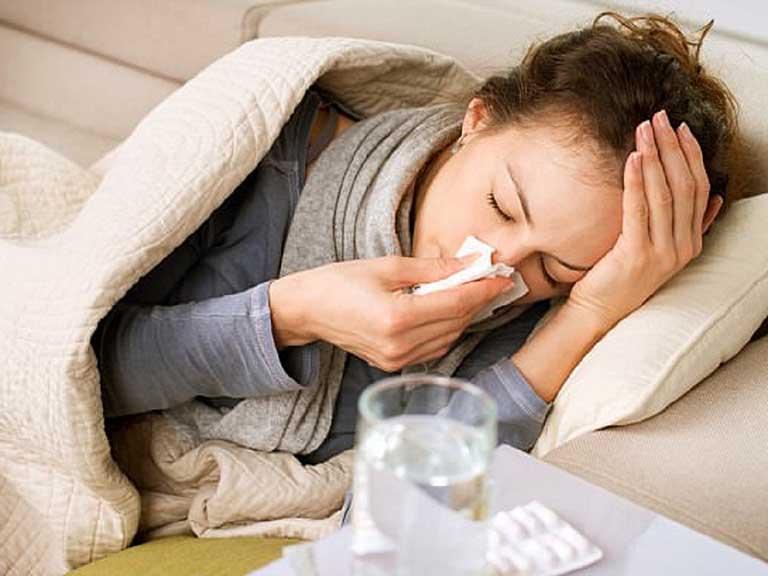 Uống nước sẽ đẩy nhanh dịch nhầy trong cổ họng giúp giảm nghẹt mũi khi ốm