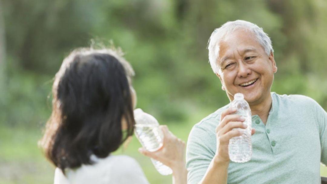 Người cao tuổi nên uống nước đun ấm đến 20-25 độ