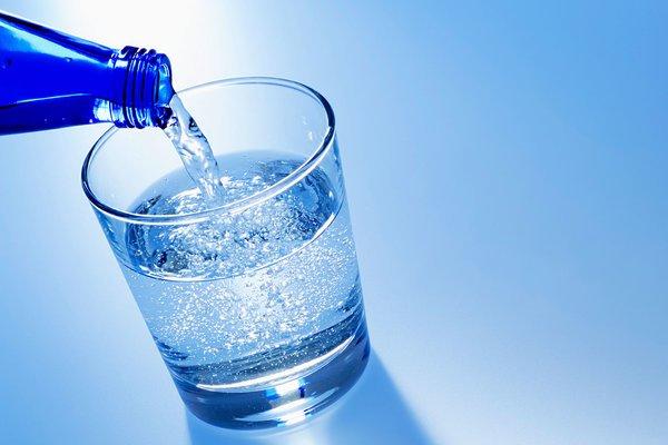 Nước khoáng có gas là một thức uống sủi bọt được nén sục khí carbon dioxide dưới áp suất cao