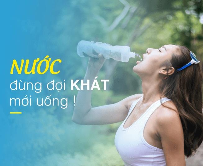 Uống nước thường xuyên để tránh các triệu chứng gồm: chóng mặt, mệt mỏi, đau đầu, tăng nhiệt độ cơ thể, các vấn đề tiêu hoá...