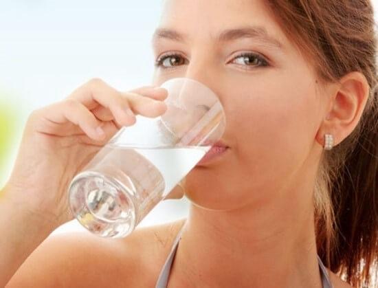 Đứng uống nước khiến dạ dày không thể hấp thụ kịp, dẫn đến cơ thể bị thiếu nước