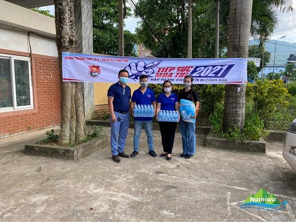Công ty TNHH Namiwa Kim Bôi đã dành tặng 15 thùng nước cho chương trình