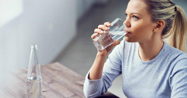 Luôn giữ cơ thể đủ nước bằng cách phân bổ thời điểm uống nước suốt cả ngày