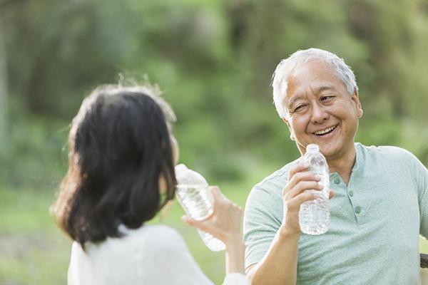 Người cao tuổi cần chú ý bổ sung nước bởi cơn khát sẽ giảm dần theo tuổi tác, và chức năng thận cũng bị suy giảm