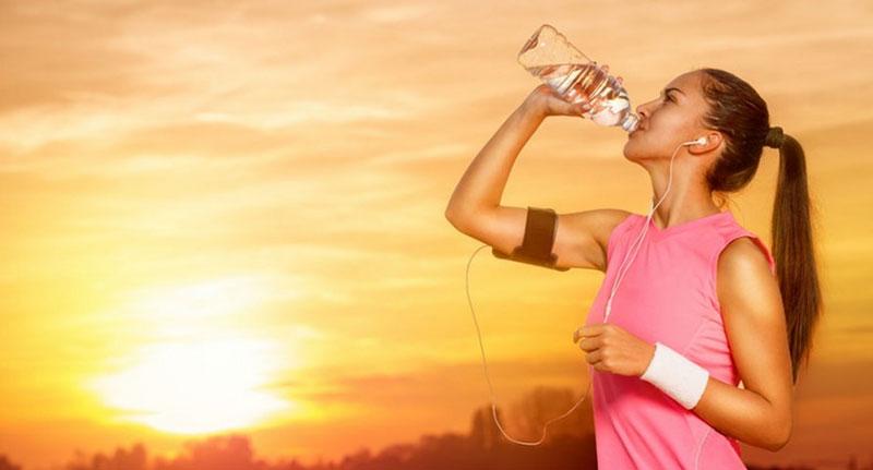 Uống nước đang di chuyển tiềm ẩn rất nhiều nguy hiểm