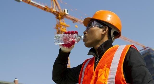 Uống nước khi đứng làm quá trình vận chuyển nước mất cần bằng
