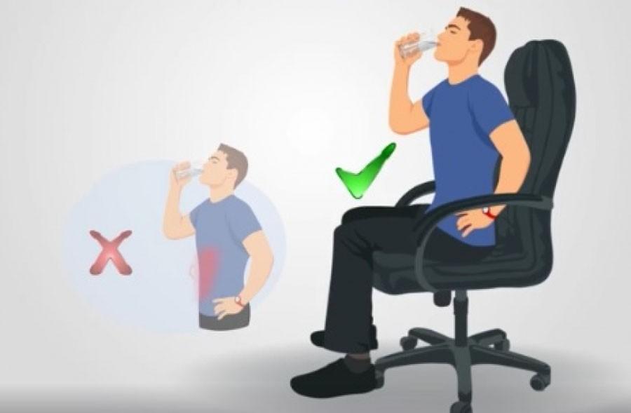 Ngồi là tư thế uống nước mang lại nhiều lợi ích cho cơ thể
